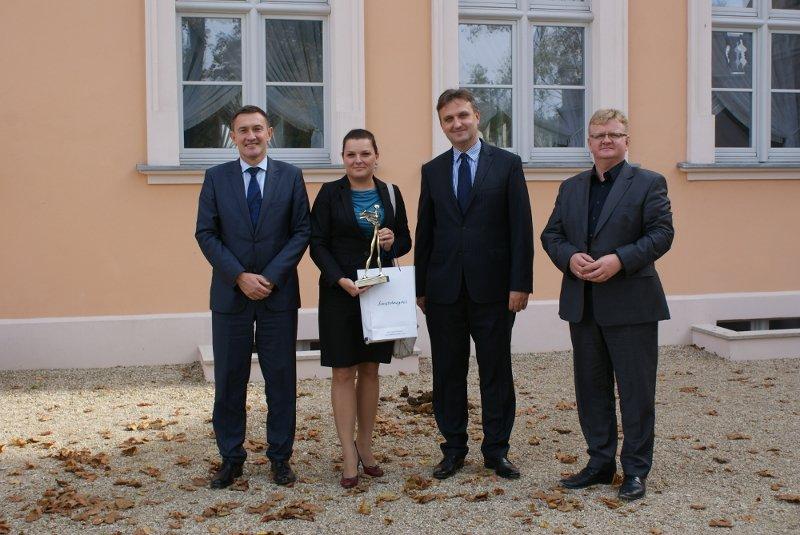 Pani Agnieszka Dąbrowska, dyrektor gerneralny hotelu, trzymająca w ręku przyznaną statuetkę