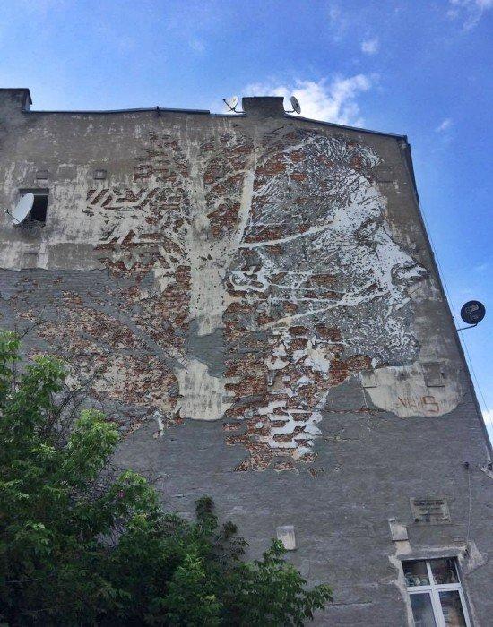 Mural wykuty w ścianie