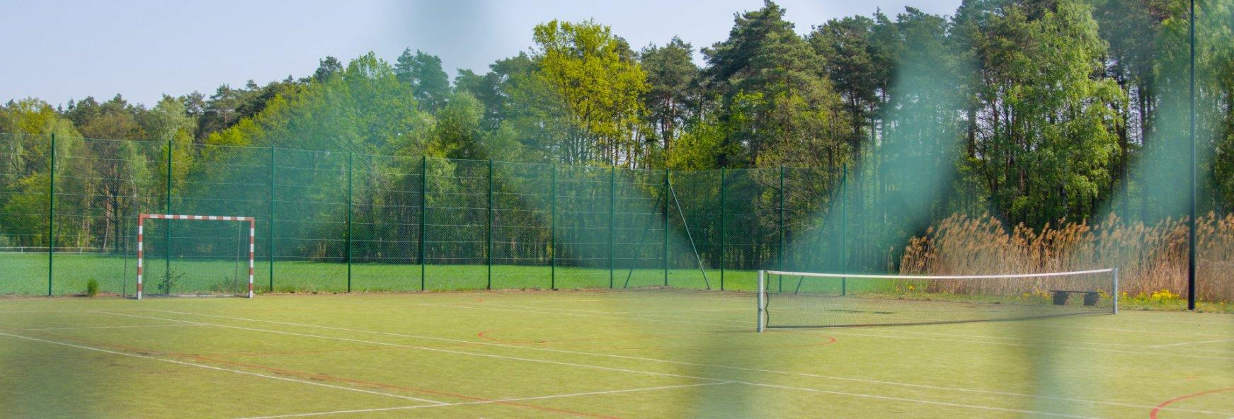 Kort tenisowy i boisko do piłki nożnej