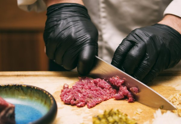 Classic: steak tartare chopped in front of your guests