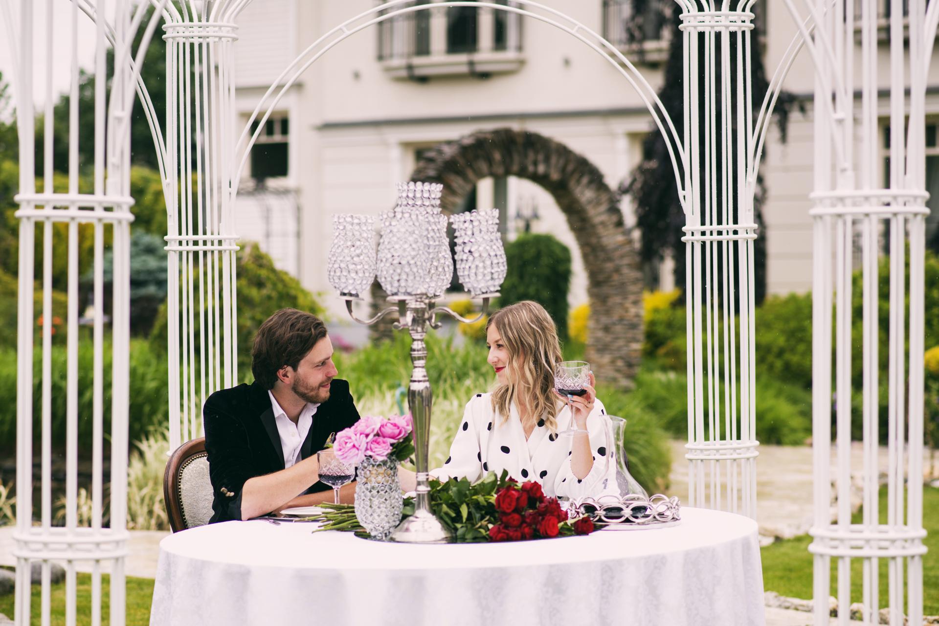 Romantyczna kolacja w altanie