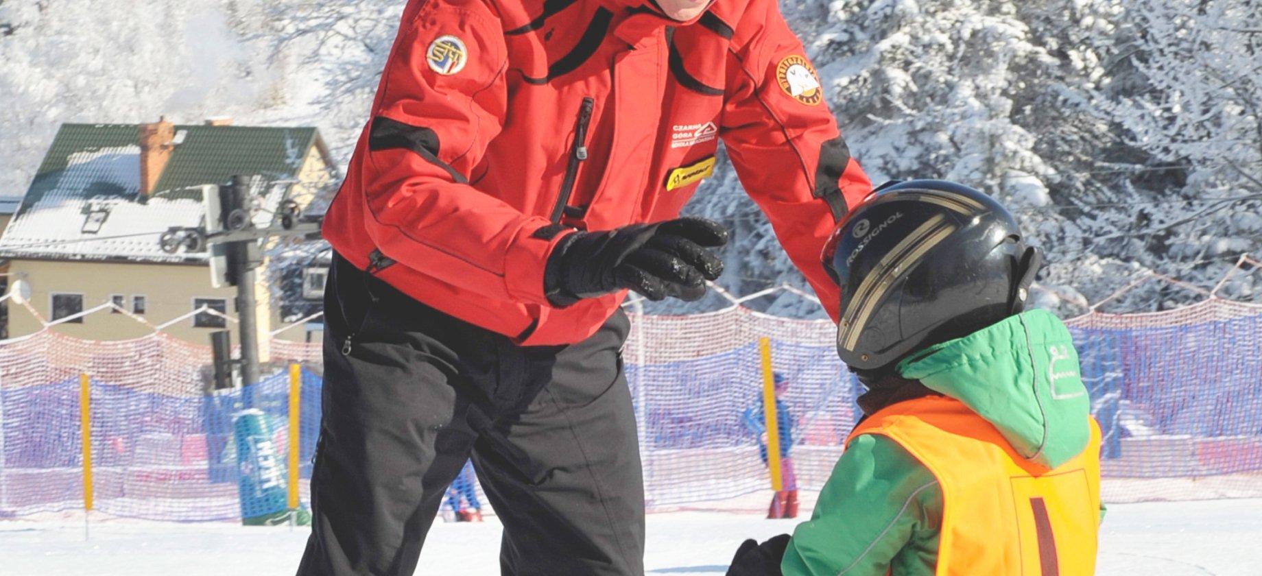 Dziecko poznaje narty