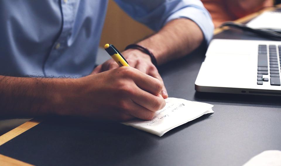 Mężczyzna robiący notatki