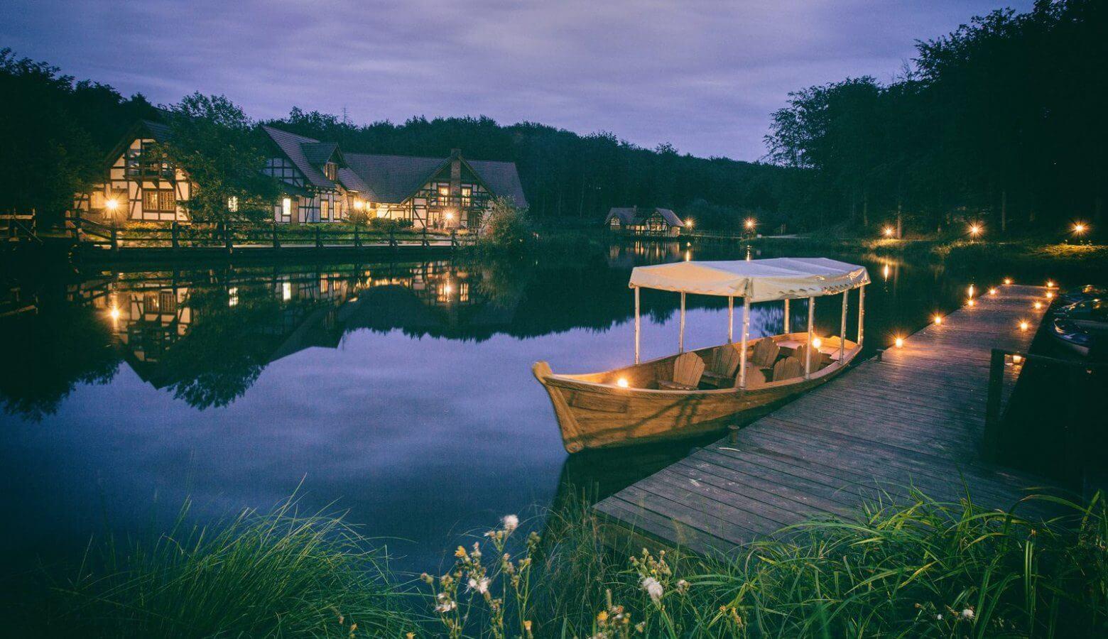 Podświetlone wieczorem domki, pomost i gondola – Dolina Charlotty