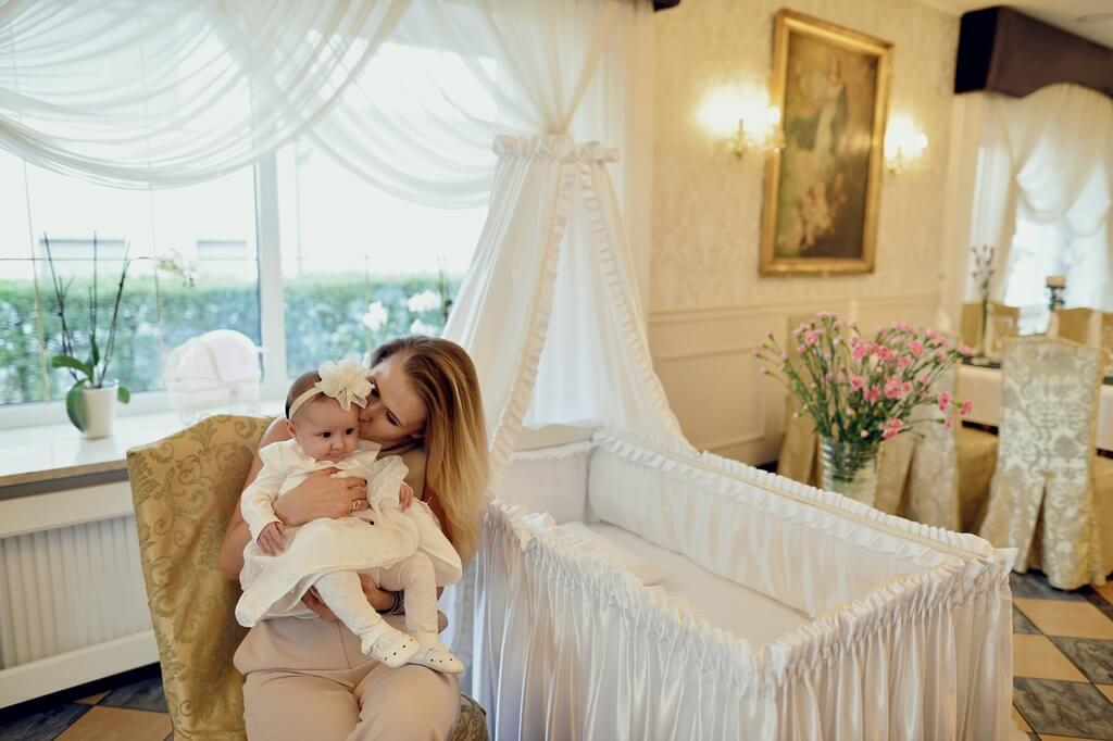 Matka i dziecko na chrzcinach w Dworze Czarneckiego