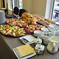 Stół cateringowy podczas konferencji w hotelu